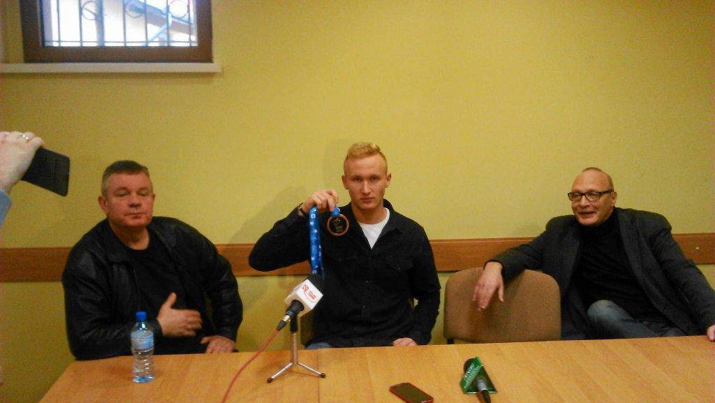 (od lewej) Trener Zbigniew Pietrzyk, Sebastian Szczepański, Adam Jeske, prezes klubu Korner