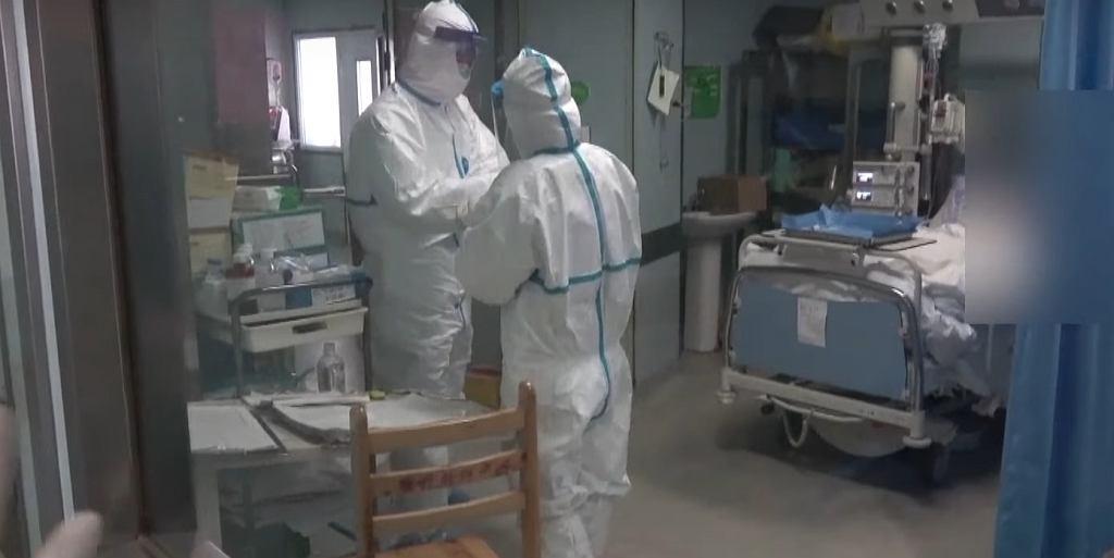 Środki ostrożności w szpitalu w Wuhan w Chinach.