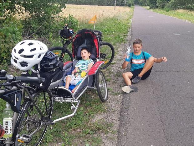 Michał i Kuba uwielbiają wycieczki rowerowe z rodzicami.