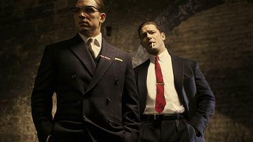 """- Co jest lepszego od oglądania Toma Hardy'ego na ekranie? Oglądanie go w podwójnej roli! - pisze Nina Terrero w """"The Time"""". I trudno się z nią nie zgodzić! Hardy w filmie """"Legend"""", który na ekrany kin wejdzie w październiku, wciela się w role gangsterów bliźniaków Rona i Reggie'go Krayów. Przedstawiamy pierwsze zdjęcia z filmu!"""