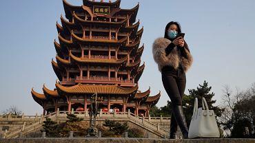 W Wuhan Chiny i WHO mogły zadziałać szybciej - to konkluzja niezależnego dochodzenia o początkach pandemii. Na zdjęciu: 'Wieża Żółtego Żurawia', popularna atrakcja turystyczna w Wuhan, 15 stycznia 2021