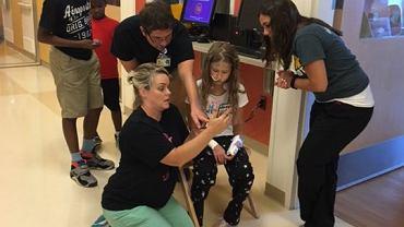 Personel C.S. Mott Children's Hospital gra w Pokémon Go z dziećmi i ich krewnymi.