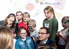 Premier Mateusz Morawiecki reklamuje 300 zł dla uczniów na ulotkach w szkołach