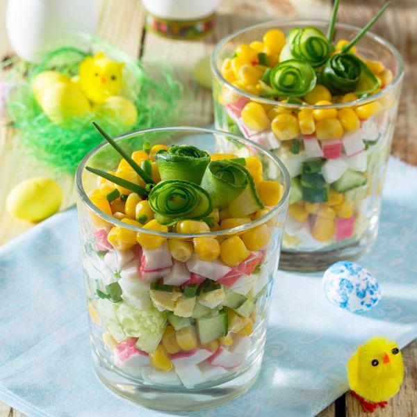 Sałatka wiosenna z kukurydzą i surimi