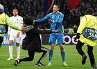 Kibic uklęknął przed Cristiano Ronaldo na boisku. Zdecydowana reakcja Portugalczyka [WIDEO]