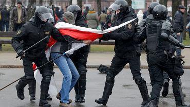 W niedzielę w południe około stu osób wyszło na Plac Kastrycznicki w Mińsku, by zaprotestować przeciwko brutalnemu rozpędzeniu przez służby specjalne sobotniej demonstracji w  stolicy. Akcję zwoływano spontanicznie w sieciach społecznościowych. Już o 11 w okolice placu ściągnięto wzmocnione patrole OMON-u
