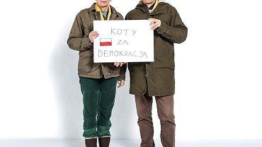 Jacek (59 lat, wykładowca) i Zofia (58 lat, nauczycielka) Kostyrkowie. Jacek: Jesteśmy zaniepokojeni tym, co się dzieje w Polsce. To zamach na demokratyczne państwo.  Zofia: Chcieliśmy wprowadzić trochę uśmiechu. Kot jest szlachetnym zwierzęciem. Niestety, ostatnio ośmiesza się go dowcipami na temat Jarosława Kaczyńskiego