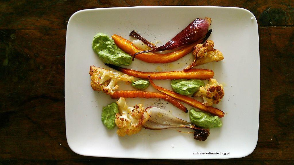Grillowane warzywa z dipem z awokado i kolendry