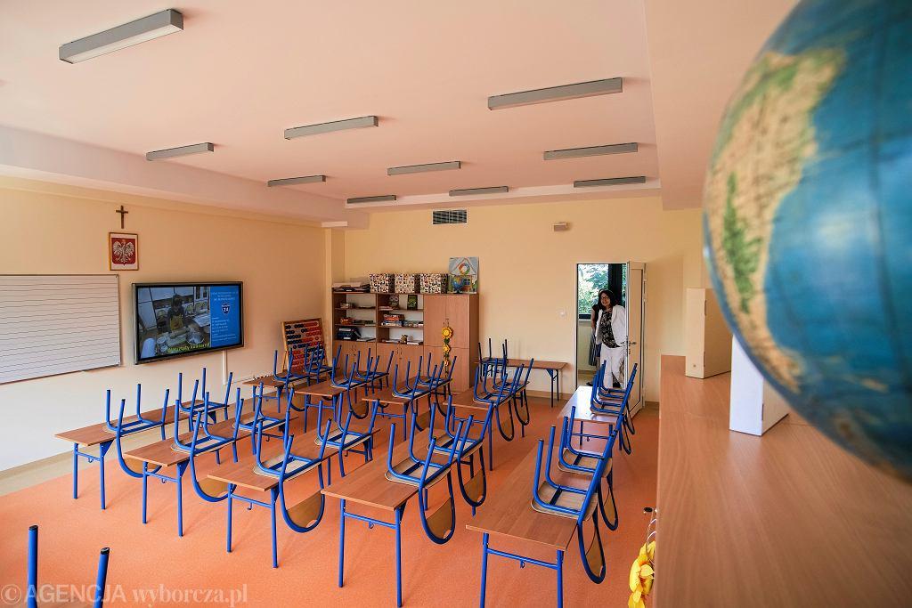 Pusta sala lekcyjna w rzeszowskiej szkole.