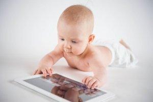 Małe dziecko i tablet: wiele niewiadomych, sporo spekulacji. Pozwalać czy nie?