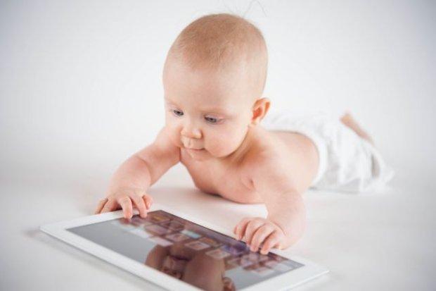 Czy tablet może wpływać niekorzystnie na rozwój małego dziecka? - zastanawiają się naukowcy