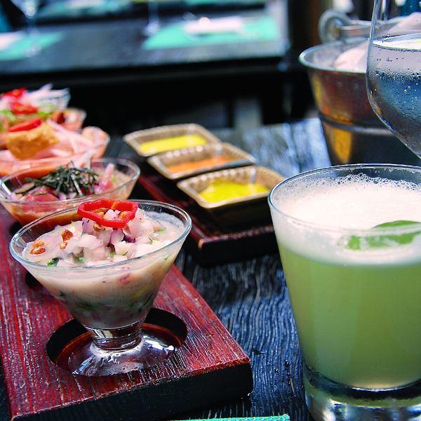Ceviche i pisco  -  rodzaj brandy powstającego w winnicach położonych wzdłuż wybrzeży oceanu, baza narodowego drinka Peru.