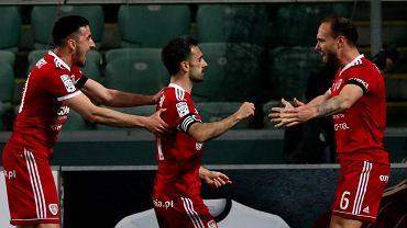 Legia Warszawa - Piast Gliwice 0:1. Gerard Badia strzelił zwycięskiego gola dla gości. Kapitanowi gliwickiej drużyny gratulują Martin Konczkowski i Tom Hateley