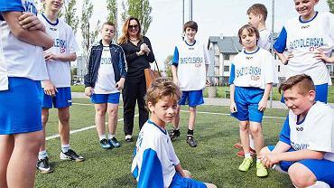Joanna Skrzydlewska z młodymi piłkarzami