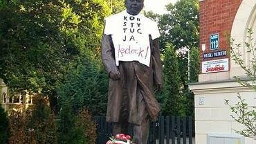 Pomnik Lecha Kaczyńskiego w Szczecinie ubrany w koszulkę