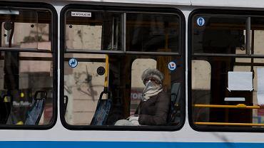 Od 16 kwietnia w miejscach publicznych należy zasłaniać twarz. Dozwolone są nie tylko maseczki, ale też np. chusty
