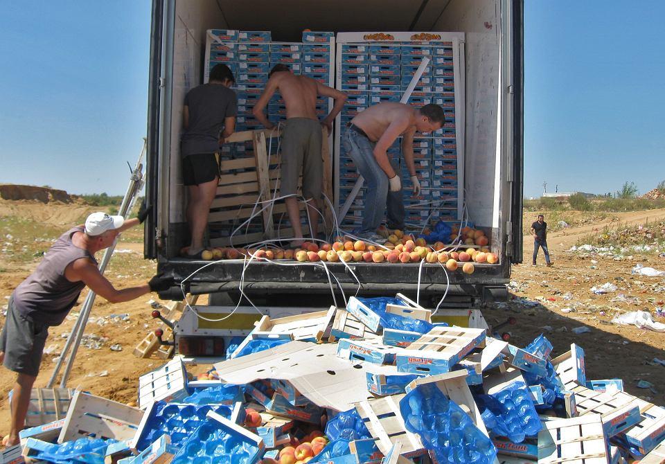 8.07.2015, Briańsk, akcja niszczenia europejskich brzoskwiń objętych sankcjami.