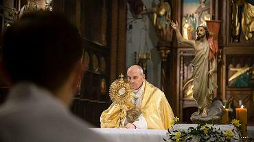 Pandemia koronawirusa. Biskup Henryk Ciereszko podczas rezurekcji w Kościele Farnym. Białystok, 4 kwietnia 2021