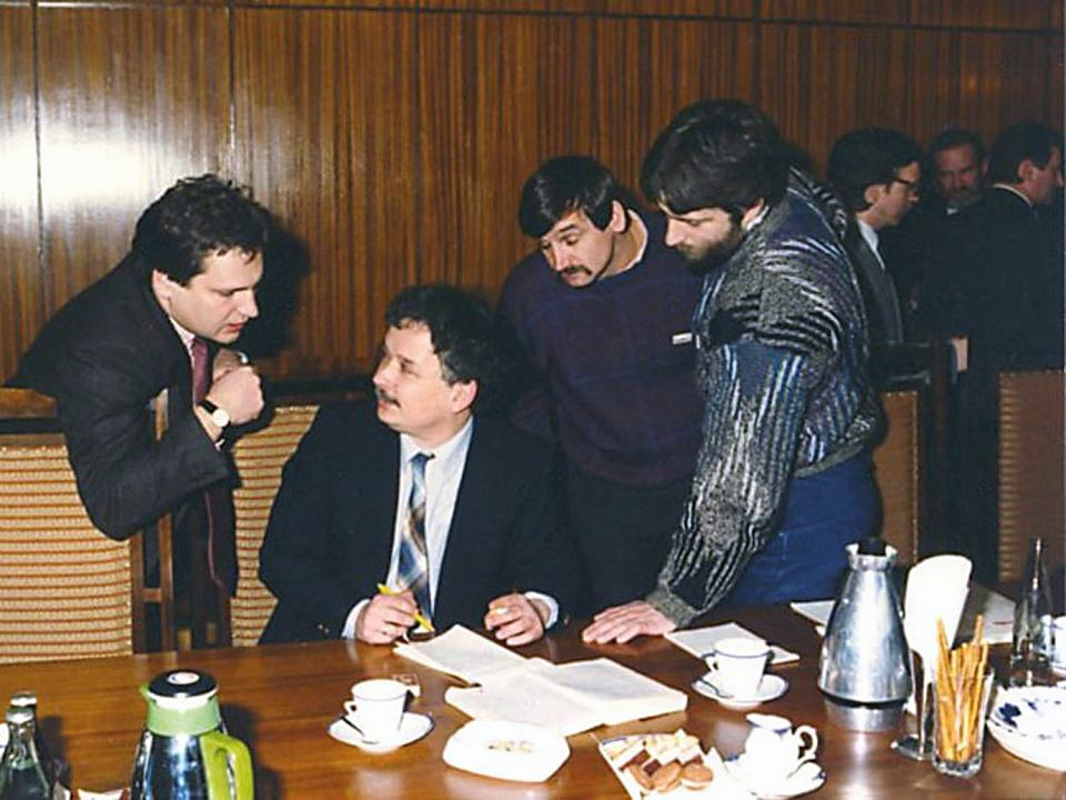 Lech Kaczyński podczas rozmów w Magdalence we wrześniu 1988, na zdjęciu towarzyszą mu (od lewej): Aleksander Kwaśniewski, Alojzy Pietrzyk i Władysław Frasyniuk