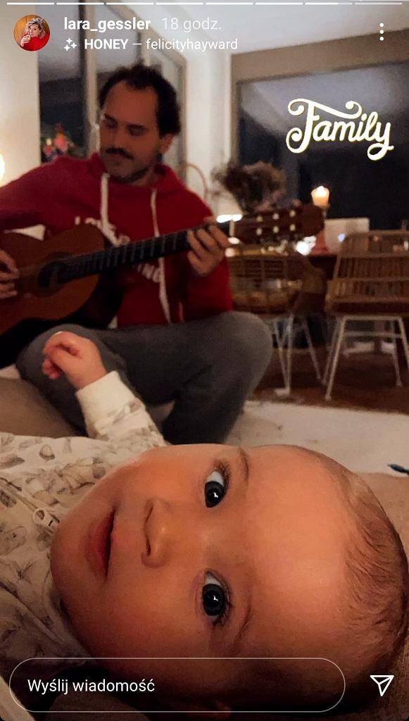 Piotr Szeląg gra Nenie na gitarze