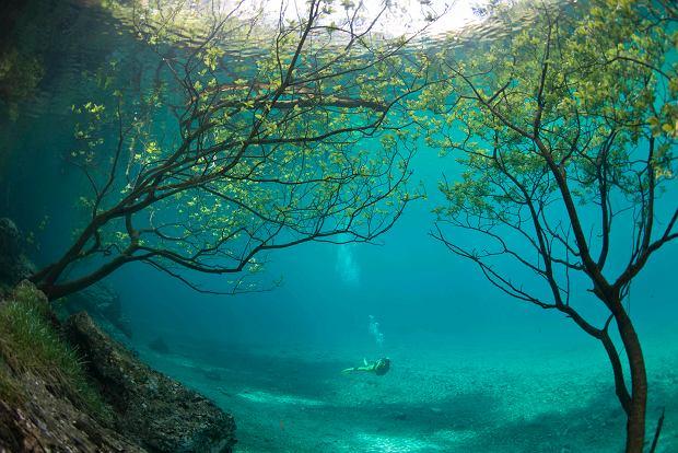 Egzotyczna zatoka? Nic podobnego. Z tym jeziorem raz w roku dzieje się coś wyjątkowego [ZDJĘCIA]