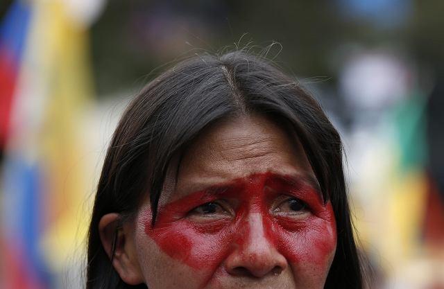 Kobieta protestuje przeciwko wydobywaniu surowców w Parku Narodowym Yasuni w Ekwadorze