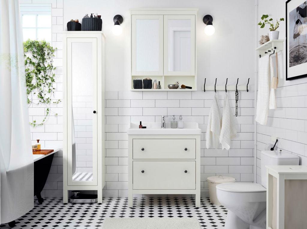 Ikea: łazienka w bieli z czarnymi detalami