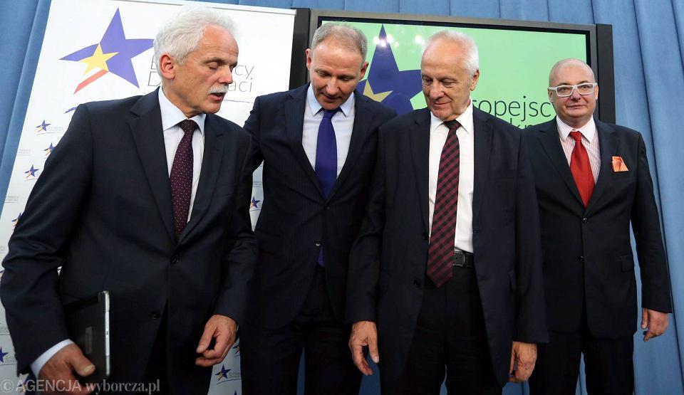 Posłowie Stanislaw Huskowski, Jacek Protasiewicz, Stefan Niesiołowski i Michał Kamiński podczas prezentacji nowego koła poselskiego Europejscy Demokraci