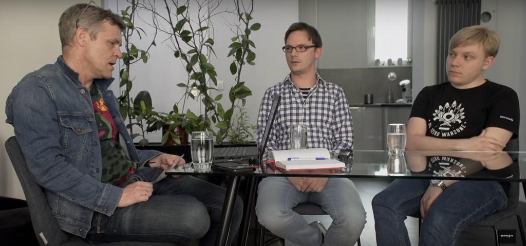 Kadr z filmu 'Zabawa w chowanego'. Od lewej prawnik Artur Nowak, Jakub i Bartłomiej Pankowiakowie