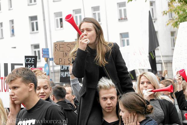 #czarnyprotest. Relacja na żywo spod siedziby Prawa i Sprawiedliwości
