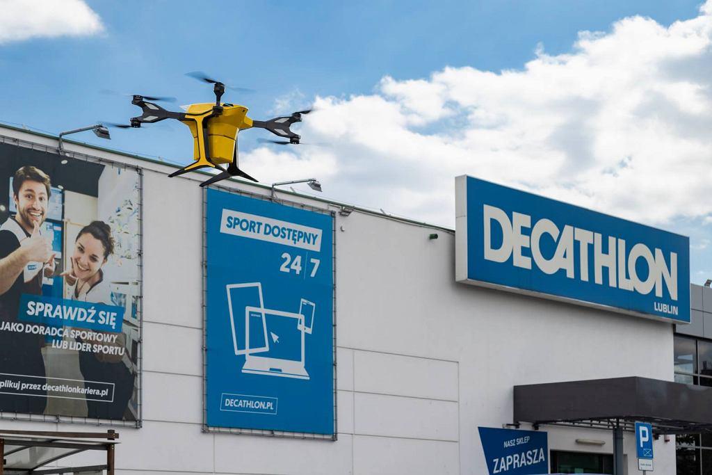 Dron dostarczył zakupy do domu klienta. Pierwszy taki przelot w Polsce