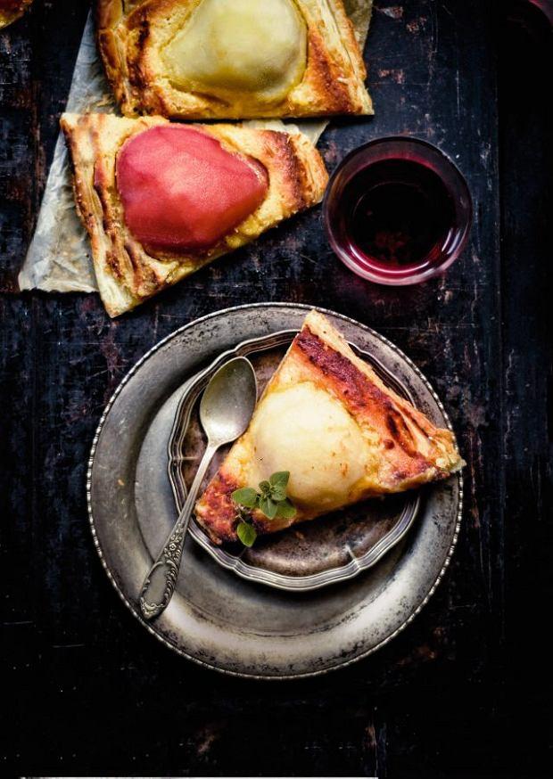 Ciasto francuskie z gruszkami duszonymi w winie