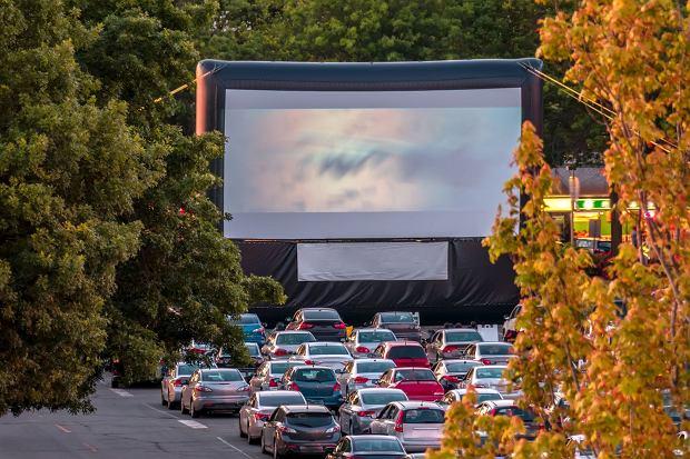 Niby to samo, ale jednak już inne. Samochody w drive-inie w USA ustawione według ścisłego reżimu sanitarnego / Fot. Shutterstock