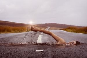 Pływanie a bieganie. Jakie korzyści niosą ze sobą regularne wizyty na basenie dla biegacza?