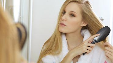 Prawidłowe szczotkowanie włosów kluczem do ich dobrej kondycji. Sprawdź, jak robić to poprawnie