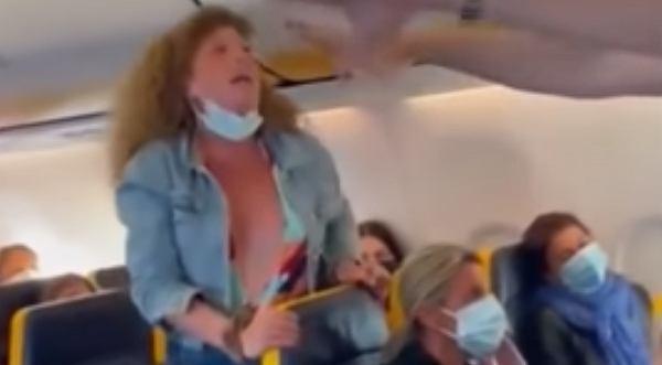 Awantura na pokładzie samolotu. Włoszka opluła inną pasażerkę i nie chciała wysiąść. O co poszło? (zdjęcie ilustracyjne)