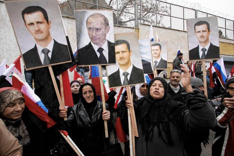 Zwolennicy syryjskich władz manifestują przed ambasadą Rosji  w Damaszku z portretami prezydentów Asada i Putina, marzec 2012 r