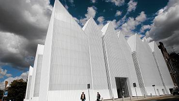 Ogłoszenie werdyktu Fundacji Miesa van der Rohe 8 maja w Barcelonie. W stawce oprócz Filharmonii Szczecińskiej (na zdjęciu) są jeszcze: toskańska Winnica Antinori, Muzeum Sztuki w Ravensburgu, Muzeum Morskie w Helsingor i kampus uniwersytecki Saw Swee Hock w Londynie