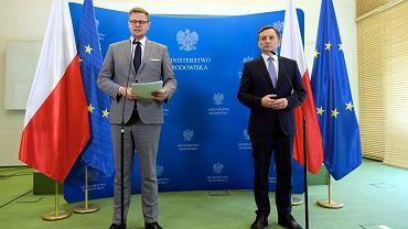 Minister środowiska Michał Woś i minister sprawiedliwości Zbigniew Ziobro podczas konferencji w sprawie planowanej ustawy o finansowaniu organizacji pozarządowych, 7 sierpnia 2020.