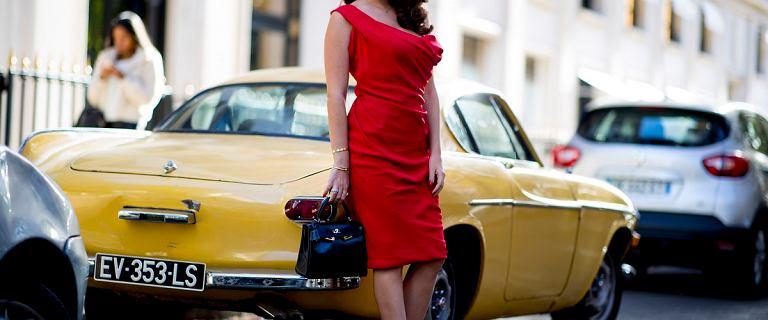 Sukienki ołówkowe na wesele. Ta czerwona jest kobieca i podkreśli atuty sylwetki. Znalazłyśmy podobną na wyprzedaży!