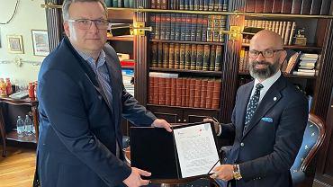 Podpisanie umowy między Katowicką SSE a koncernem ZF. Prezes KSSE dr Janusz Michałek z prawej, Krzysztof Gablankowski, dyrektor Zakładu Elektroniki ZF w Częstochowie - z lewej