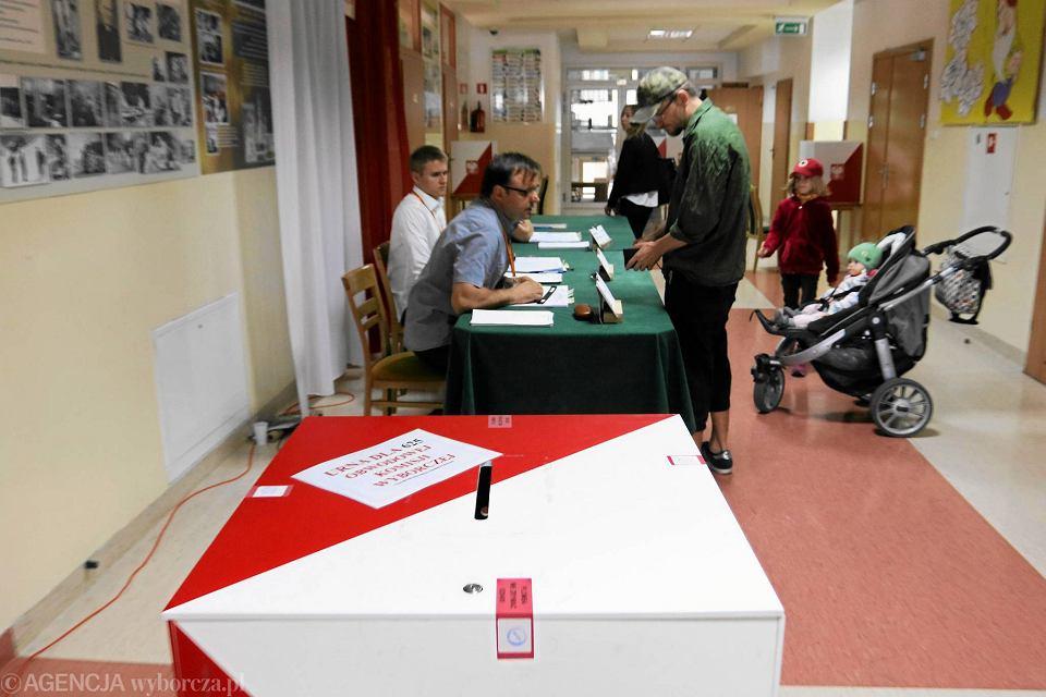Urna do głosowania w lokalu wyborczym