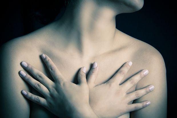 Mastalgia cykliczna to rodzaj bólu piersi, który najczęściej pojawia się w czasie miesiączki