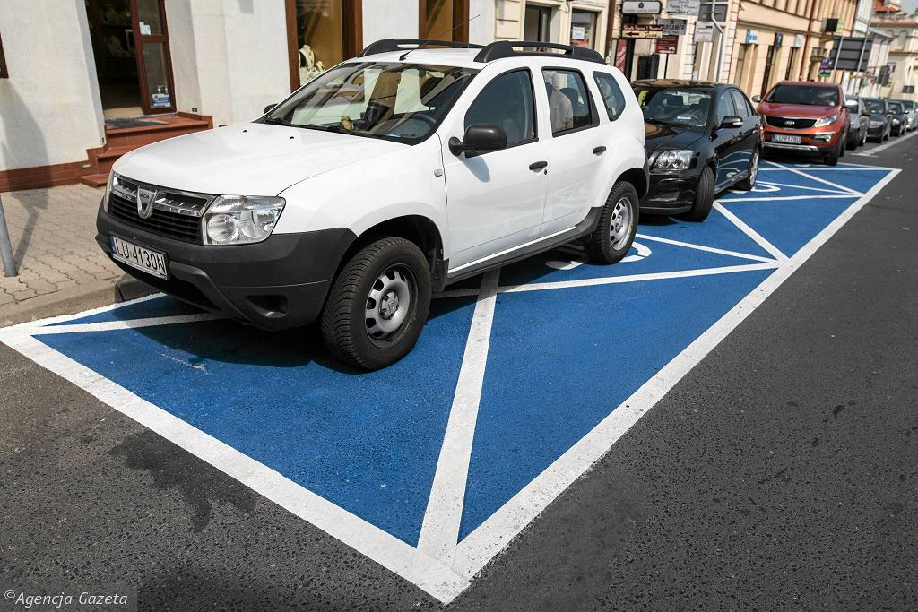 Lublin. Koperty w strefie płatnego parkowania pomalowane na niebiesko