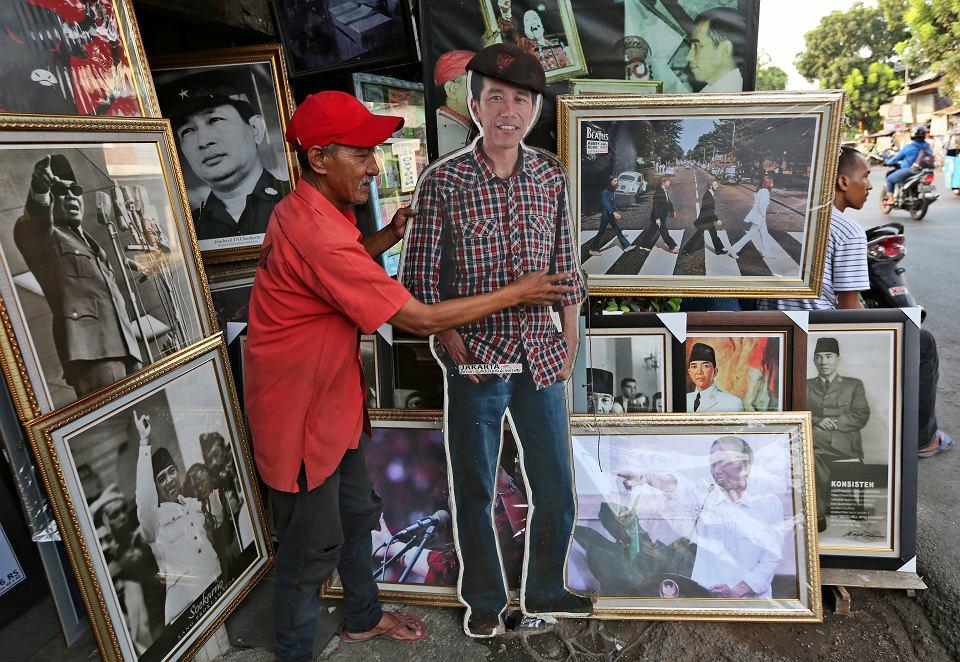 Kartonowa figura prezydenta Indonezji Joko Widodo do nabycia na bazarze w Dżakarcie, 20 września 2019 r.