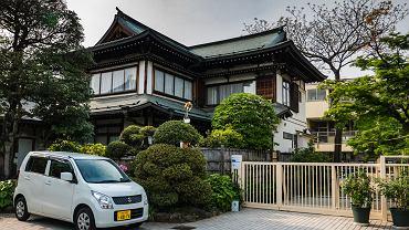 Kei-car przed zabytkowym budynkiem w Kawagoe (Japonia).