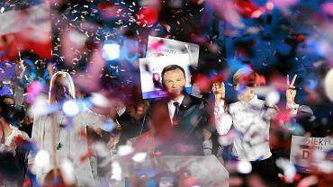 Kandydat PiS na prezydenta Andrzej Duda, wraz z małżonką Agatą i córką Kingą podczas konwencji przed druga turą