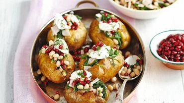 Sałatka szpinakowo-twarożkowa podana w pieczonych ziemniakach