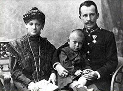 Emilia i Karol Wojtyłowie z małym Karolem. Fotografia z archiwum rodzinnego