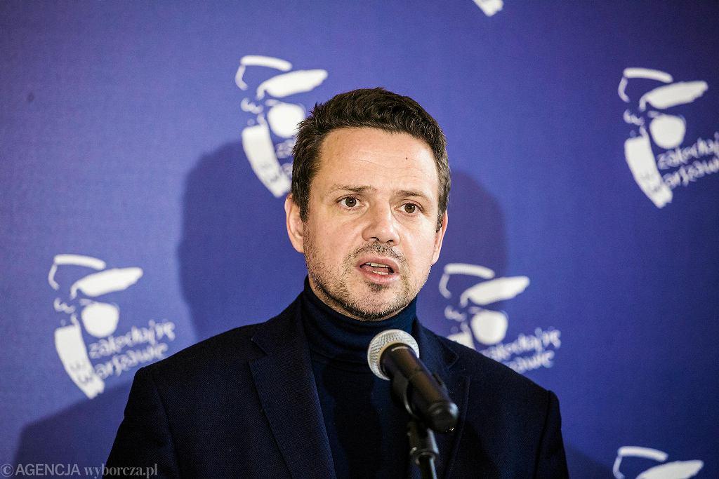 Prezydent Warszawy Rafał Trzaskowski podczas konferencji w grudniu, na której ogłaszał podwyżki dla nauczycieli w Warszawie